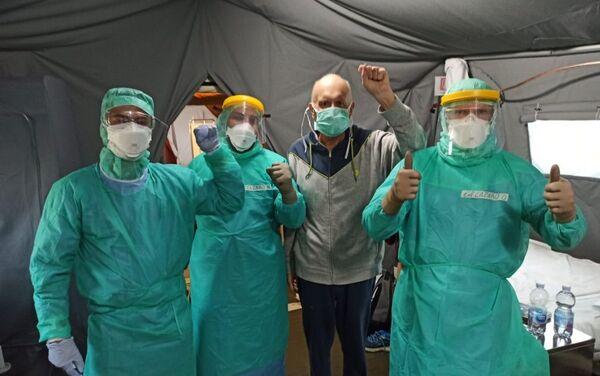 Médicos de la Brigada Internacional Henry Reeve en Crema con el paciente Maurizio Bertolaso - Sputnik Mundo