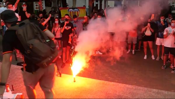 Hinchas del Valencia protestan contra gestión deportiva y exigen la salida de los dueños del club - Sputnik Mundo