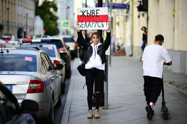 Девушка с плакатом Живе Беларусь! у посольства Белоруссии в Москве - Sputnik Mundo