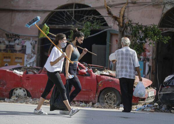 Девушки-волонтеры в разрушенном взрывом пригороде Бейрута - Sputnik Mundo