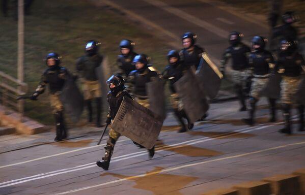 Сотрудники правоохранительных органов во время акции протеста в Минске - Sputnik Mundo