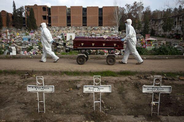 Могильщики несут гроб на кладбище в Сантьяго, Чили - Sputnik Mundo
