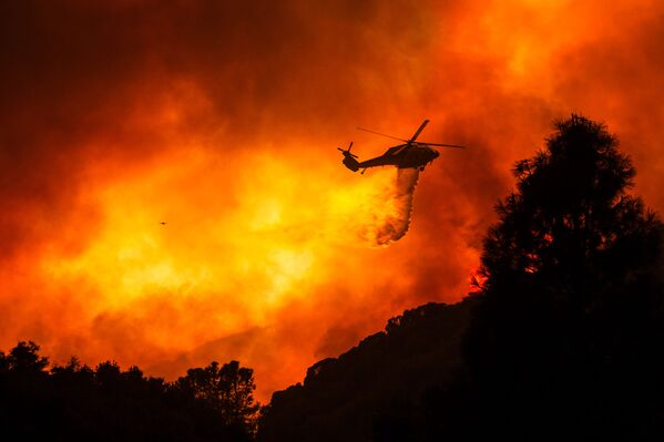Вертолет над горящим лесом недалеко от Санта-Клариты, Калифорния - Sputnik Mundo