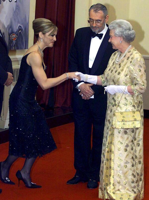 Madonna con la Reina Elizabeth, en la premiere de la película 'Die another day', en noviembre de 2002, en Londres - Sputnik Mundo