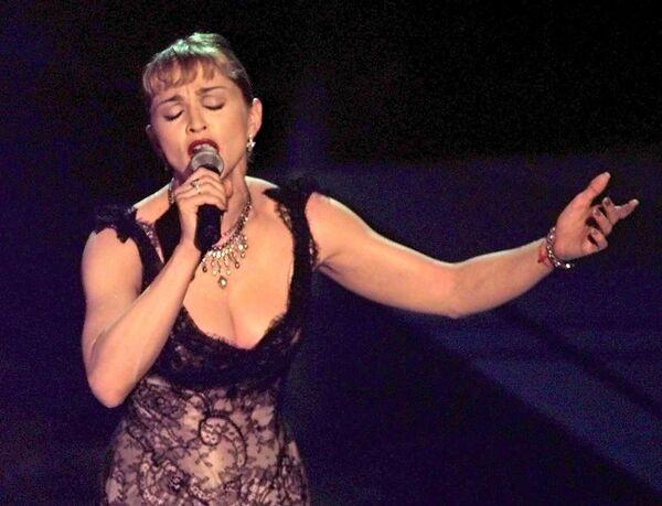 Madonna cantando 'Evita' drurante la 69ª Entrega de los Premios Óscar, en marzo de 1997 en Shrine Auditorium en Los Ángeles, California - Sputnik Mundo