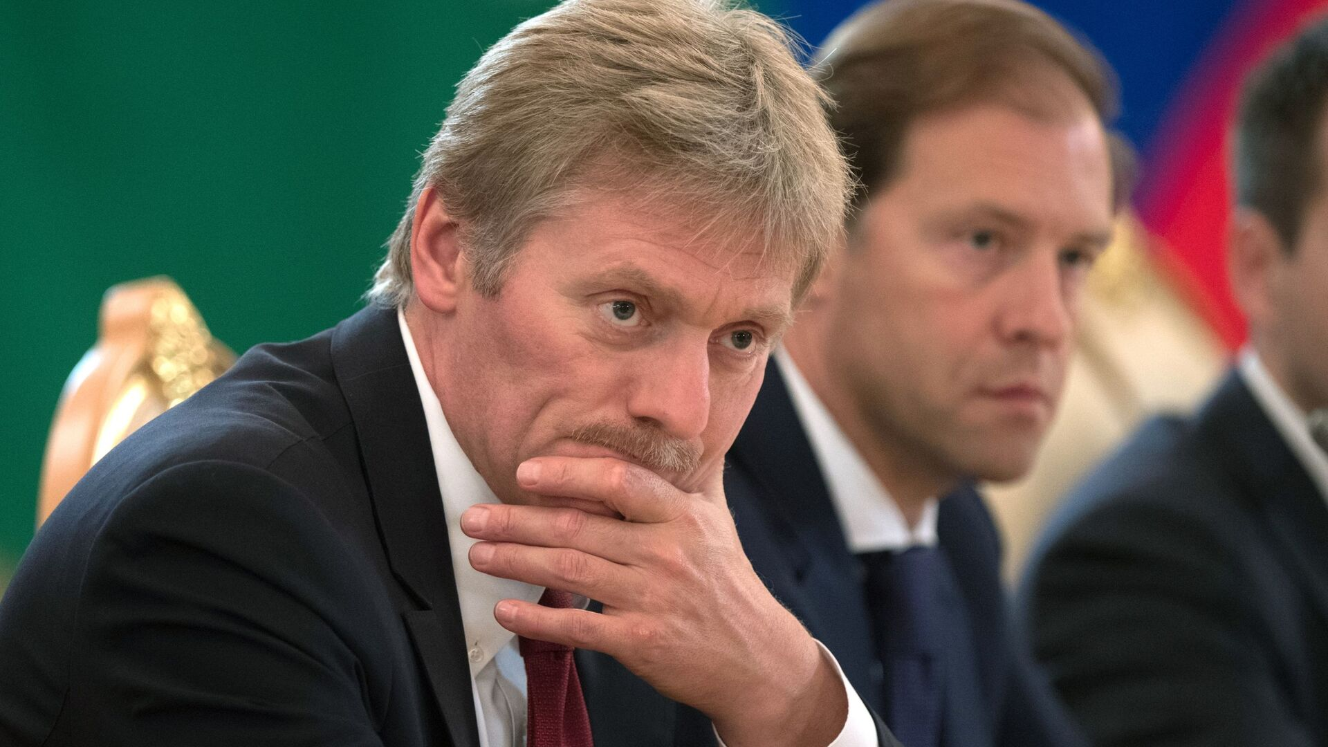 Dmitri Peskov, secretario de prensa presidencial, y Denís Mánturov, ministro de Industria y Comercio de Rusia - Sputnik Mundo, 1920, 05.10.2021