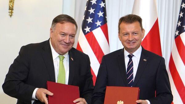 El secretario de Estado de EEUU, Mike Pompeo, y el ministro de Defensa polaco, Mariusz Blaszczak - Sputnik Mundo