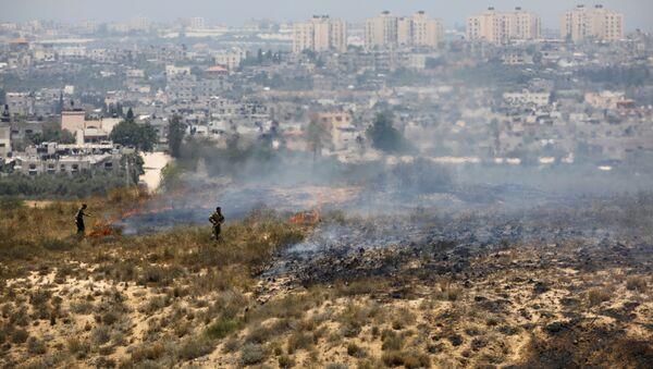 Soldados de Israel observan el lugar de caída de globos con explosivos lanzados desde la Franja de Gaza (archivo) - Sputnik Mundo