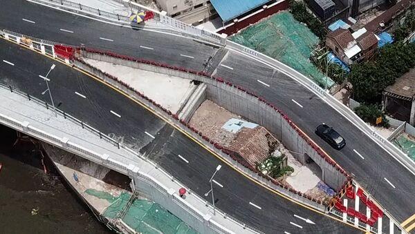 Así luce una casa en mitad de una autopista en China - Sputnik Mundo