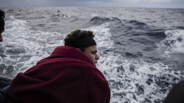 Un migrante en el mar Mediterráneo - Sputnik Mundo