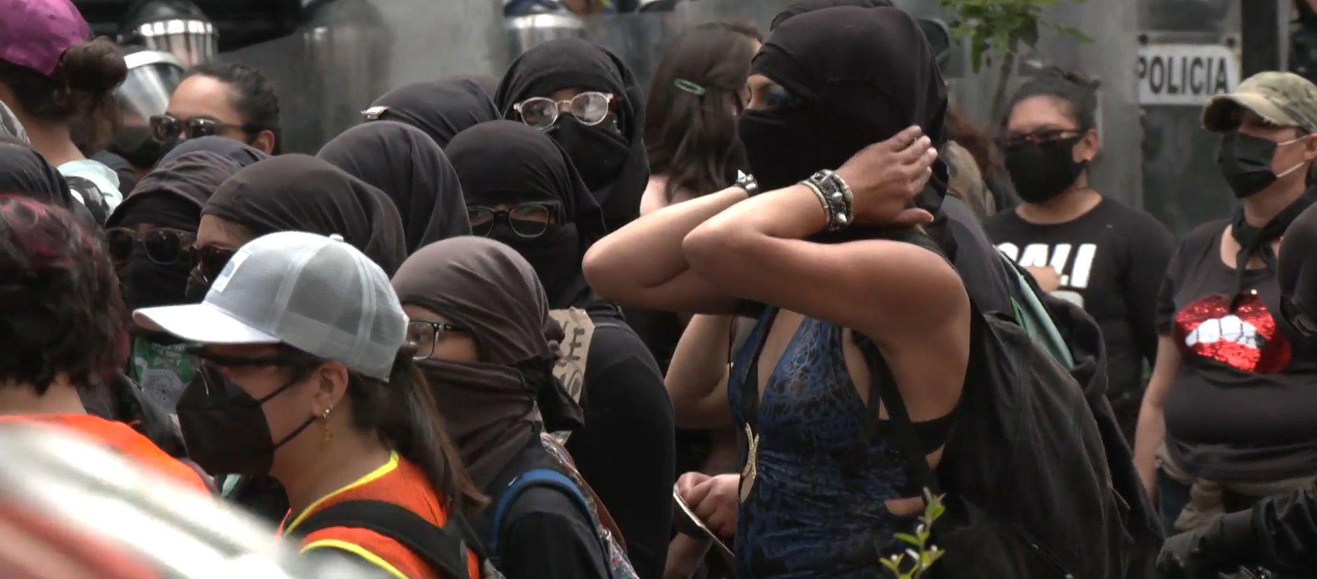 Los manifestantes se enfrentan a la Policía en una marcha contra la violencia de género en México  - Sputnik Mundo, 1920, 18.09.2020