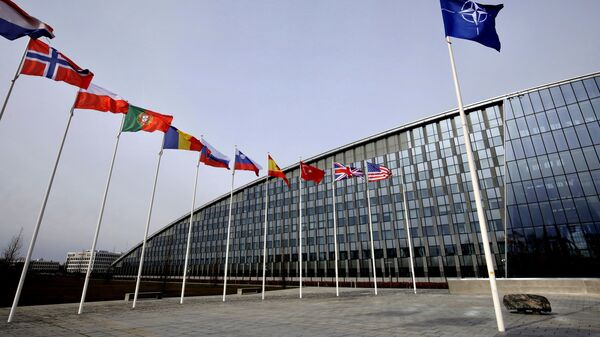 La sede de la OTAN en Bruselas y banderas de algunos países miembros - Sputnik Mundo