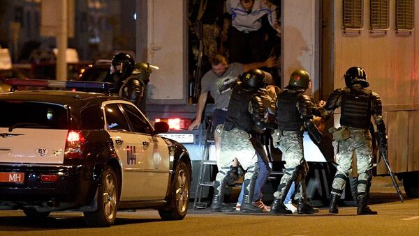 Agentes de la policía especial bielorrusa durante las protestas callejeras - Sputnik Mundo