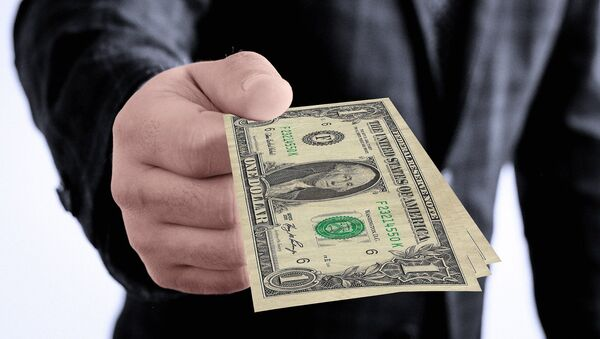 Una persona dando dinero - Sputnik Mundo