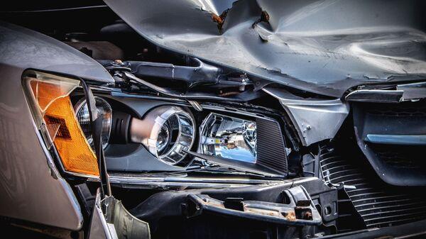Un coche tras un accidente de tráfico (imagen referencial) - Sputnik Mundo