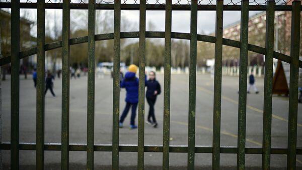 Jóvenes estudiantes juegan en un colegio público en Vitoria, País Vasco - Sputnik Mundo
