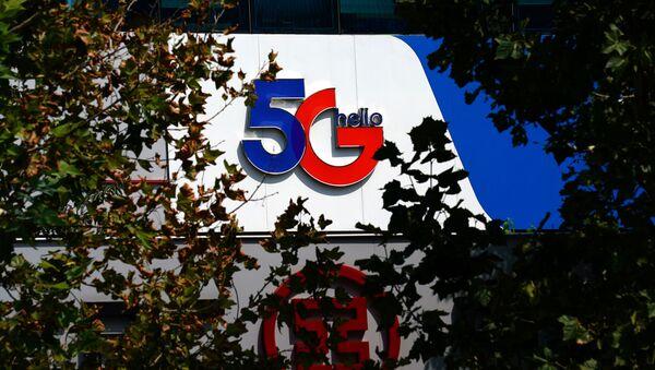 El signo de 5G en un edificio en China - Sputnik Mundo