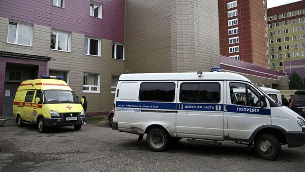 Ambulancia y policía cerca del hospital en Omsk donde está el opositor ruso Alexéi Navalni - Sputnik Mundo