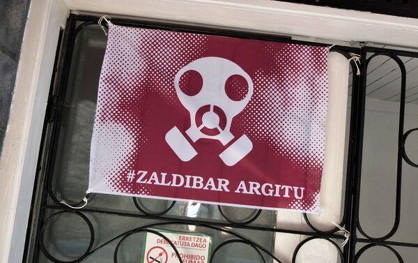 Cartel de protesta por el vertedero de Zaldívar en un bar de Ermua, localidad del norte de España - Sputnik Mundo