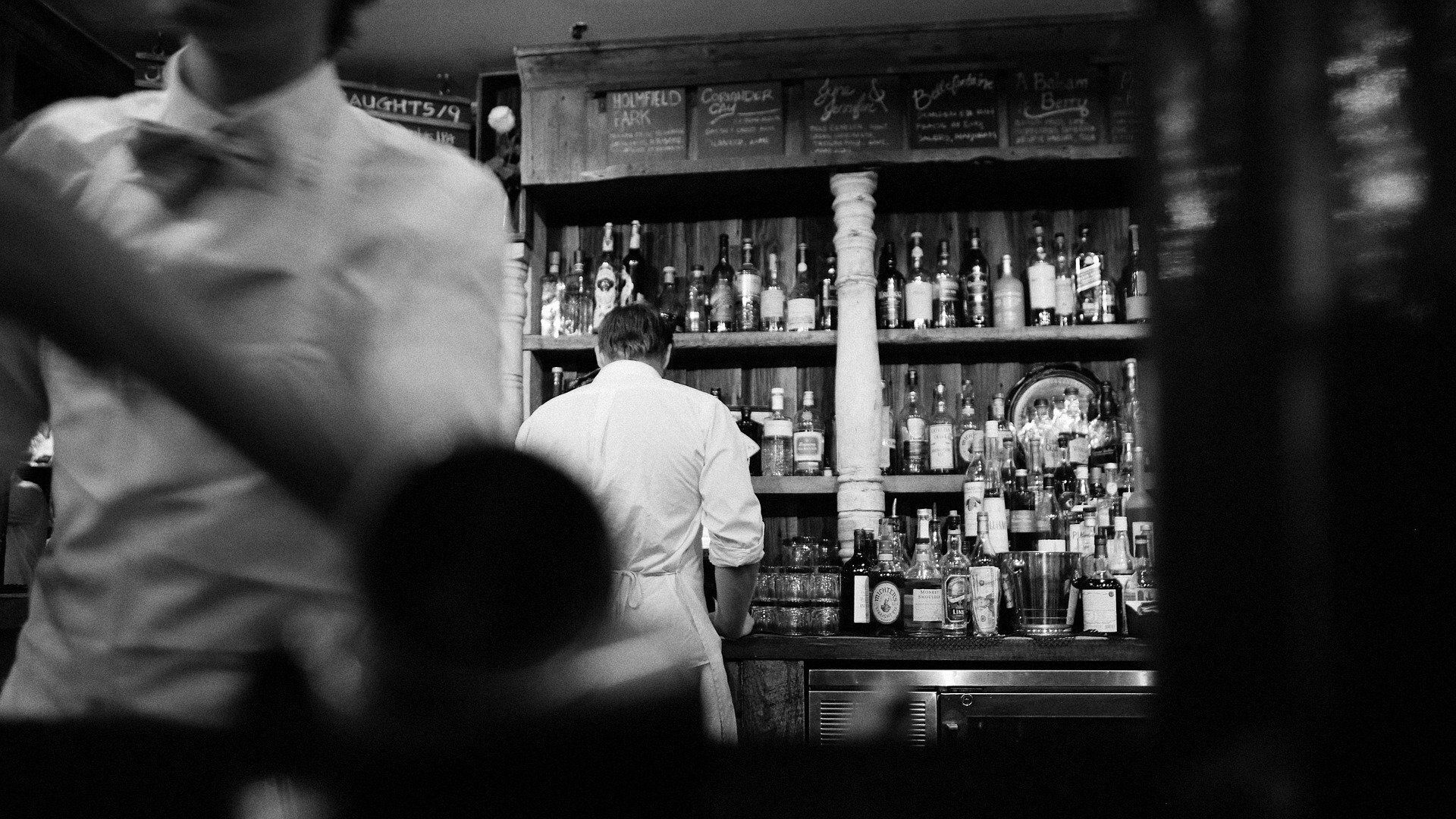 Camarero de espaldas en la barra de un bar - Sputnik Mundo, 1920, 19.08.2021