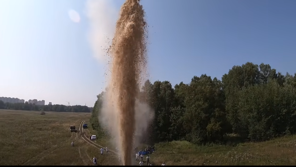 Esto es lo que pasa cuando echas soda en 10.000 litros de Coca-Cola - Sputnik Mundo