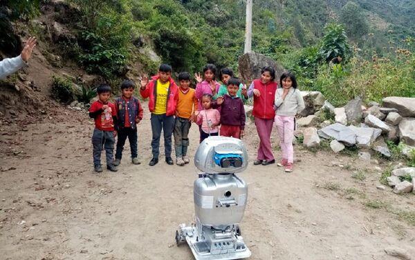 Kipi, la robot que da clases en quechua en Perú - Sputnik Mundo