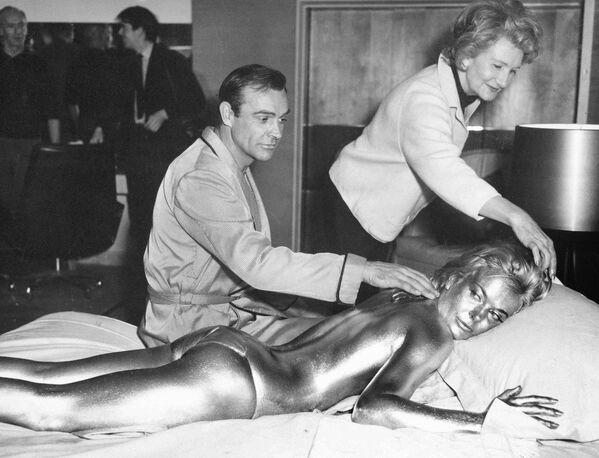 Sean Connery durante la filmación de Dedos de Oro, 1964.  - Sputnik Mundo