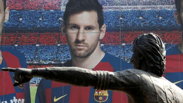 Un cartel de Lionel Messi junto con la estatua de Johan Cruyff en el Camp Nou - Sputnik Mundo
