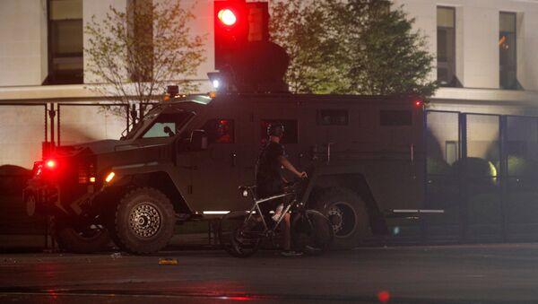 Un blindado de la Policía de EEUU en la ciudad de Kenosha - Sputnik Mundo