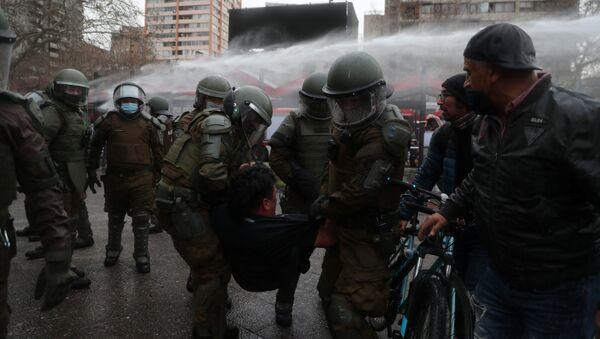 Carabineros de Chile durante la manifestación en Santiago - Sputnik Mundo