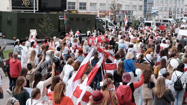Mujeres marchan contra la brutalidad policial en Minsk, Bielorrusia, el 29 de agosto - Sputnik Mundo