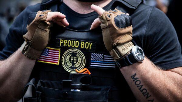 Un integrante del grupo Proud Boys durante una manifestación en favor de la Policía en Portland, Oregon - Sputnik Mundo