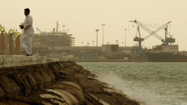 Un hombre en el puerto de la capital kuwaití - Sputnik Mundo