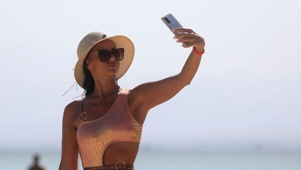Una turista se toma una selfie en Egipto - Sputnik Mundo
