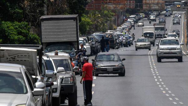 Una fila a la estación de combustible en Caracas, Venezuela (archivo) - Sputnik Mundo