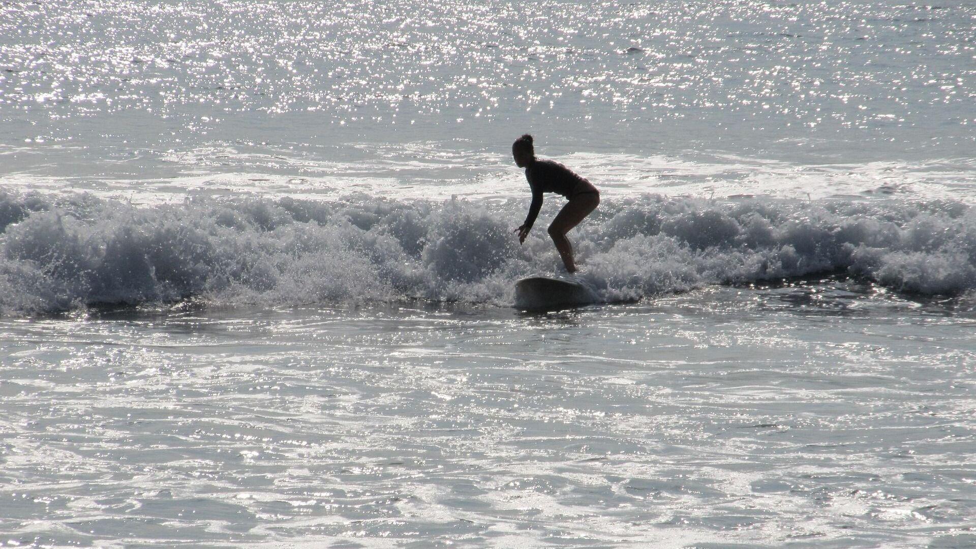 Foto referencial de una surfista - Sputnik Mundo, 1920, 24.03.2021