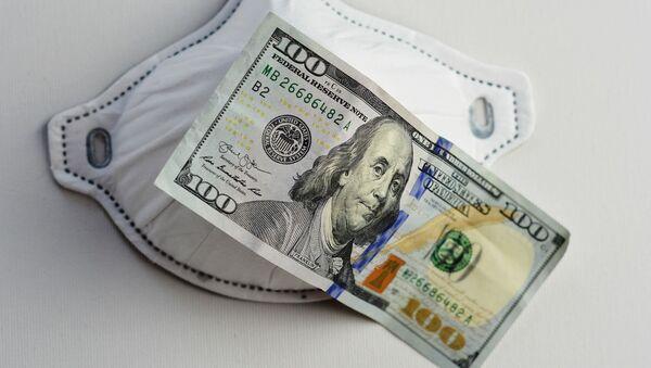 Una mascarilla y un billete de 100 dólares - Sputnik Mundo