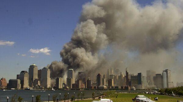 Башни Всемирного торгового центра в огне после теракта 11 сентября - Sputnik Mundo