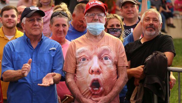 Сторонники Дональда Трампа во время его предвыборного выступления в аэропорту Смит-Рейнольдс в Уинстон-Салеме, США - Sputnik Mundo