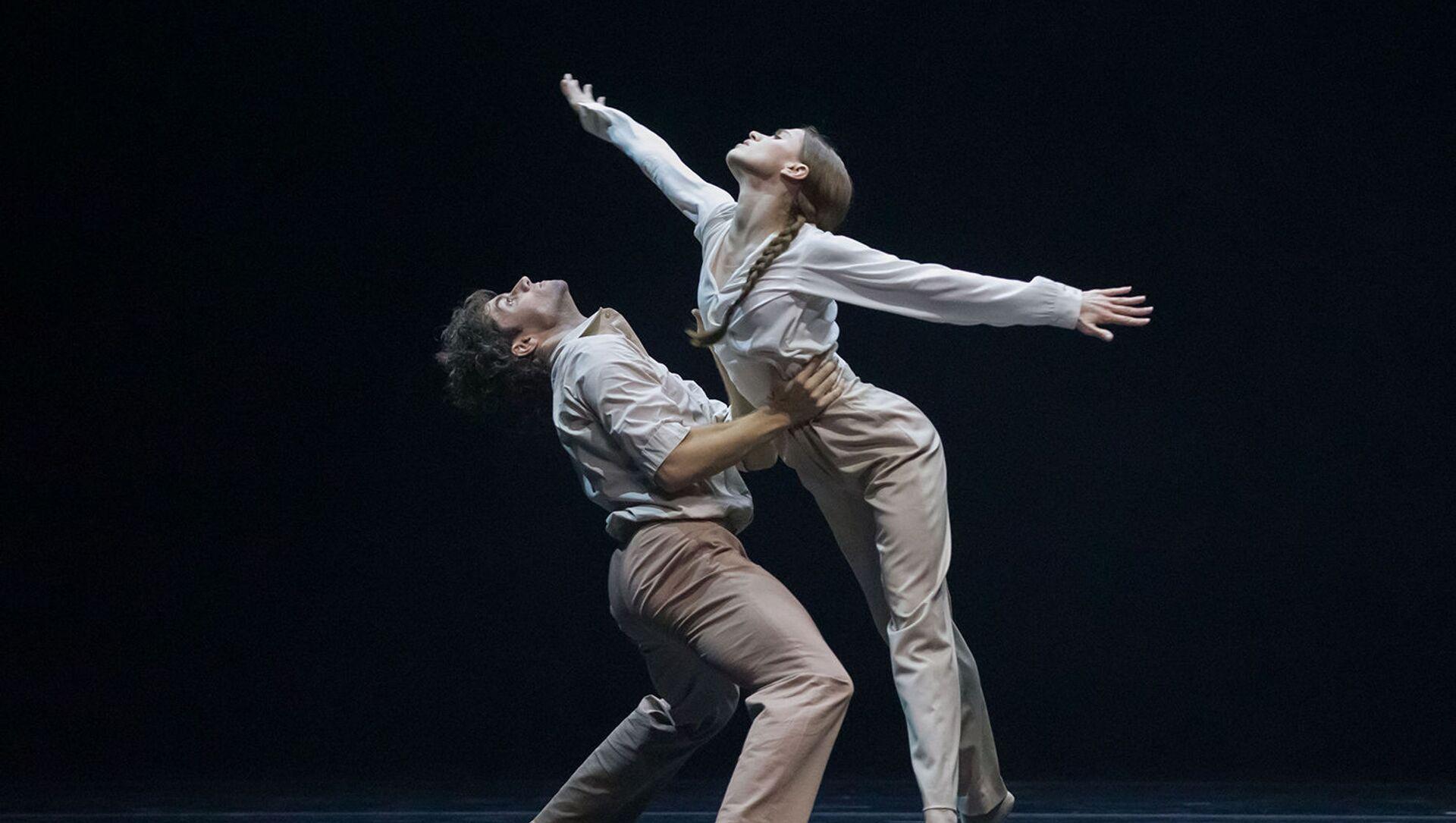Igor Tsvirkó y María Vinogradova en el 'ballet' 'Fading' por Dimo Milev en el teatro Bolshói - Sputnik Mundo, 1920, 08.02.2021