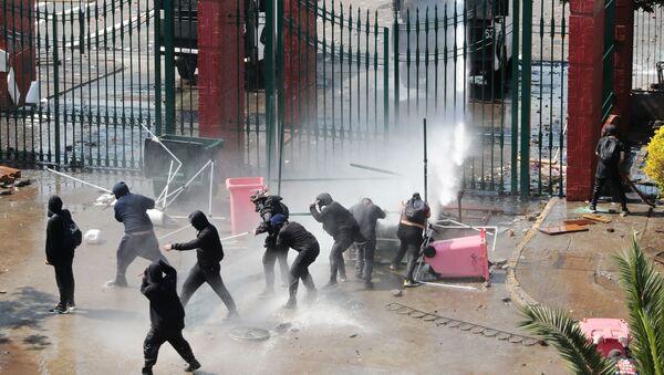 La Policía utiliza cañónes de agua durante una marcha en Chile - Sputnik Mundo