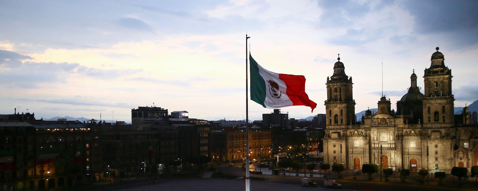 Zócalo de la Ciudad de México durante la celebración del 210 aniversario de la independencia - Sputnik Mundo, 1920, 14.09.2021
