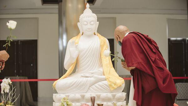 Monje budista ante la estatua de Buda - Sputnik Mundo
