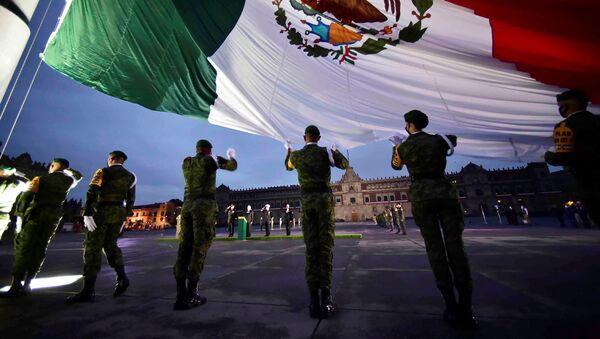 Los soldados sostienen la bandera nacional mexicana - Sputnik Mundo