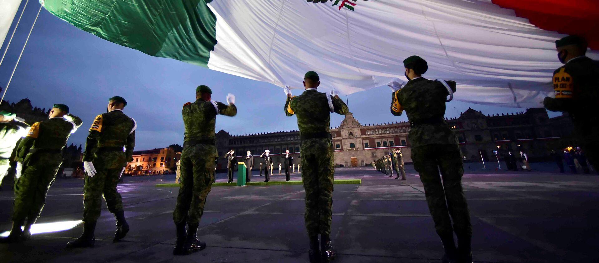Los soldados sostienen la bandera nacional mexicana - Sputnik Mundo, 1920, 30.09.2020