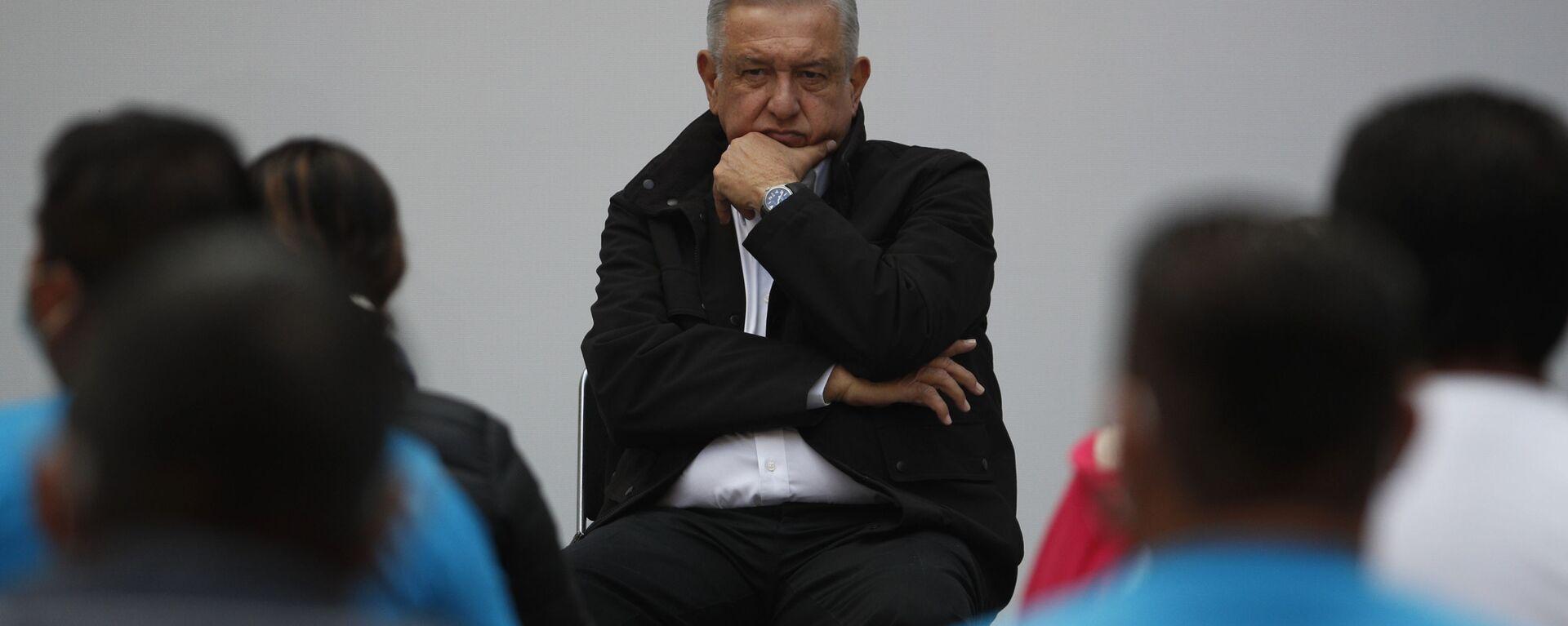 Andrés Manuel López Obrador, presidente de México, durante su encuentro con los familiares de los de los 43 estudiantes de Ayotzinapa, en el Palacio Nacional, el 26 de septiembre de 2020 - Sputnik Mundo, 1920, 30.08.2021