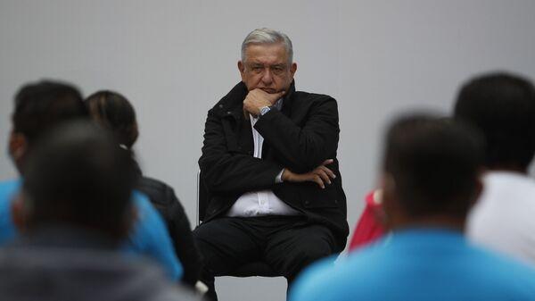 Andrés Manuel López Obrador, presidente de México, durante su encuentro con los familiares de los de los 43 estudiantes de Ayotzinapa, en el Palacio Nacional, el 26 de septiembre de 2020 - Sputnik Mundo