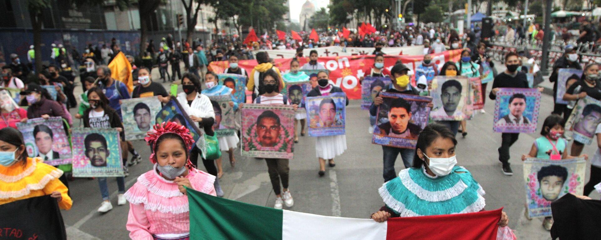 Conmemoran en CDMX seis años de la desaparición forzada de los estudiantes de Ayotzinapa - Sputnik Mundo, 1920, 07.09.2021