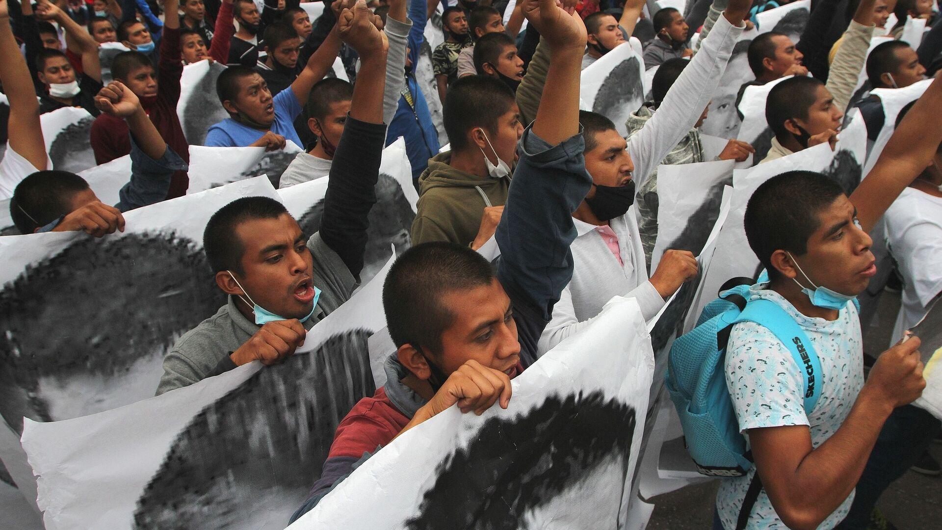 Conmemoran en CDMX seis años de la desaparición forzada de los estudiantes de Ayotzinapa - Sputnik Mundo, 1920, 13.08.2021