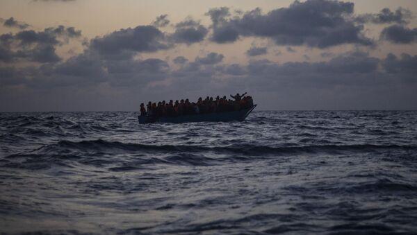Inmigrantes esperan ser rescatados en el Mar Mediterráneo - Sputnik Mundo